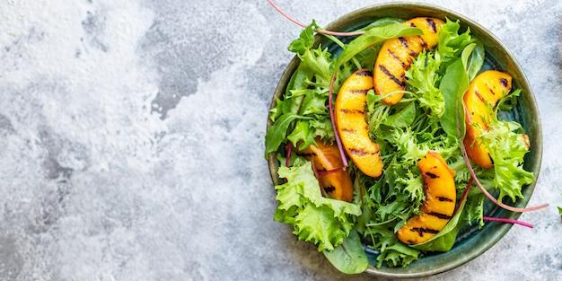 Салат персик гриль листья салата микс нектарин Premium Фотографии