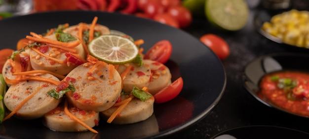 고추, 레몬, 마늘, 토마토를 곁들인 샐러드 베트남 돼지 고기 소시지 무료 사진