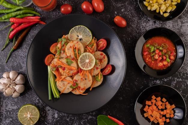 Салат вьетнамская колбаса из свинины с перцем чили, лимоном, чесноком, помидором Бесплатные Фотографии