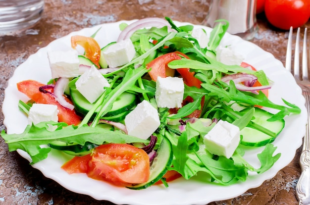 Salad with arugula, chicken breast and crackers Premium Photo