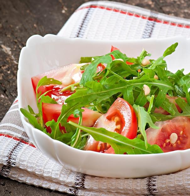 ルッコラ、トマト、松の実のサラダ 無料写真