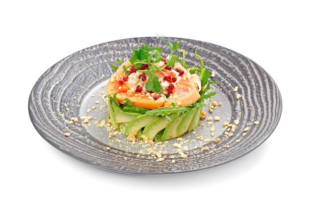 Салат с лососем и авокадо, изолированные на белом Premium Фотографии