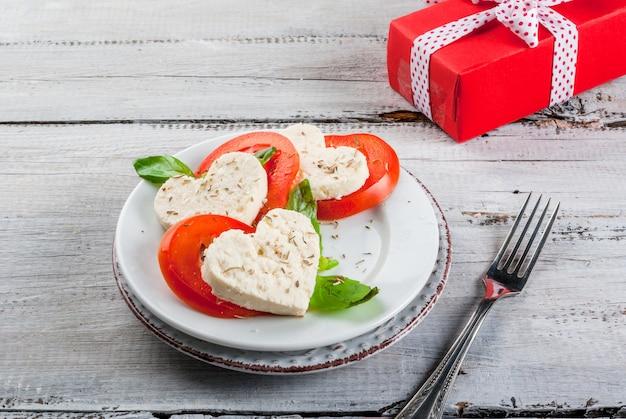 Салат с помидорами и сыром, на день святого валентина Premium Фотографии