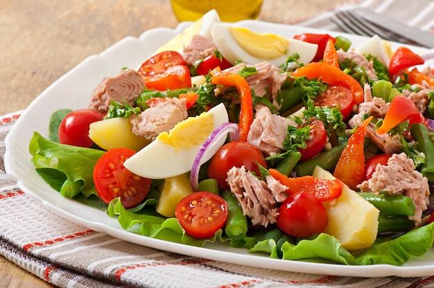 Salad with tuna, tomatoes, potato and onion Premium Photo