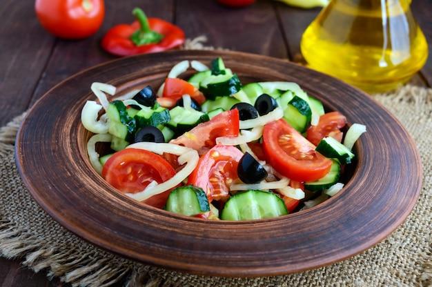 Салат с овощами, оливками и маслом Premium Фотографии