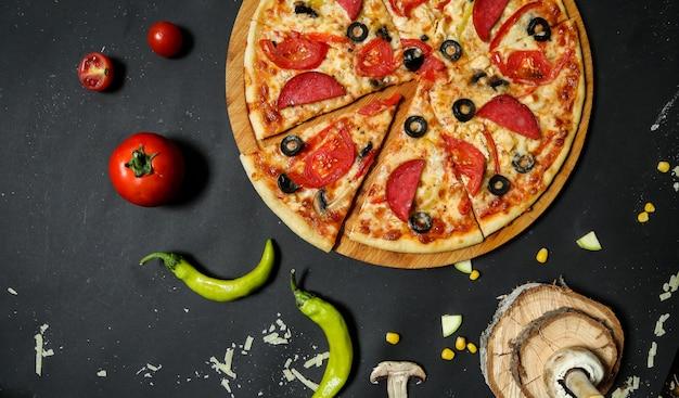 Пицца салями с помидорами и оливками сверху Бесплатные Фотографии