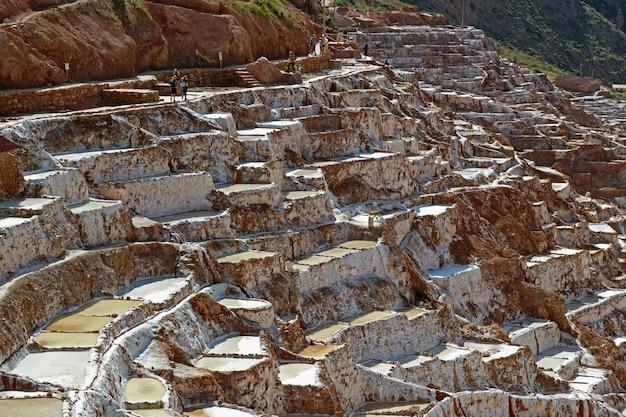Салинерас де марас, соляные пруды на горе священной долины инков, перу Premium Фотографии