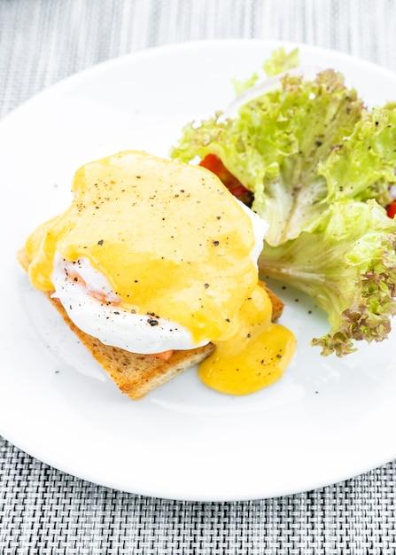 Salmon egg benedict Premium Photo
