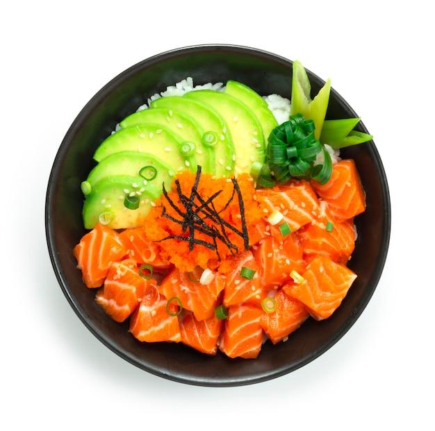 Миска с поке из лосося с ломтиком авокадо Premium Фотографии