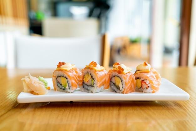 チーズをのせたサーモンロール寿司-日本食スタイル Premium写真