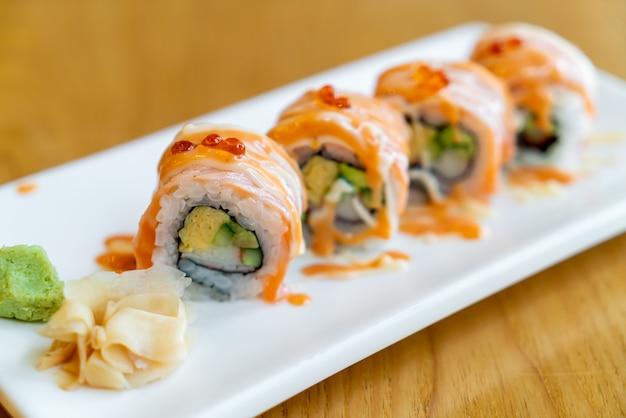 ソースをのせたサーモンロール寿司-日本食スタイル Premium写真