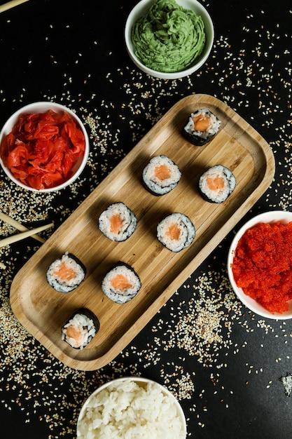 Рулет из лосося с рисом, кунжутом, имбирем и васаби Бесплатные Фотографии