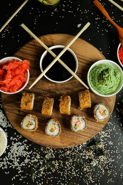 Рулет из лосося с рисом, соевым соусом, кунжутом, имбирем и васаби Бесплатные Фотографии