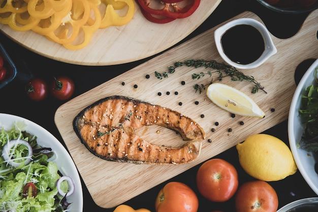 サーモンステーキと野菜のサラダ、トップビュー。 Premium写真