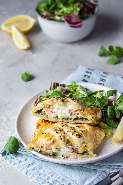 Пирог из слоеного теста с лососем, шпинатом и рикоттой salmon wellington в слоеном тесте Premium Фотографии