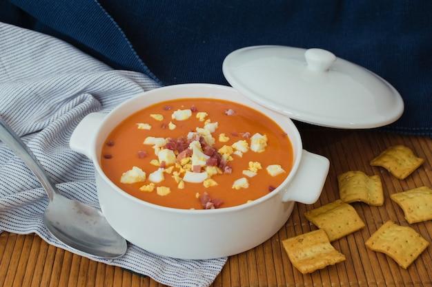 Salmorejo。典型的なスペインの夏のトマトスープ Premium写真
