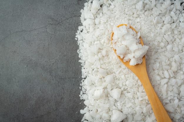 Соль деревянной ложкой положить на пол Бесплатные Фотографии