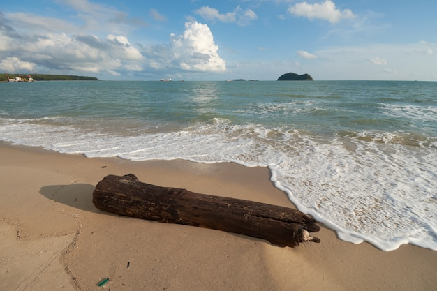 Приставанный к берегу тимберс с предпосылкой островов на пляже samila, songkhla, таиланде. Premium Фотографии
