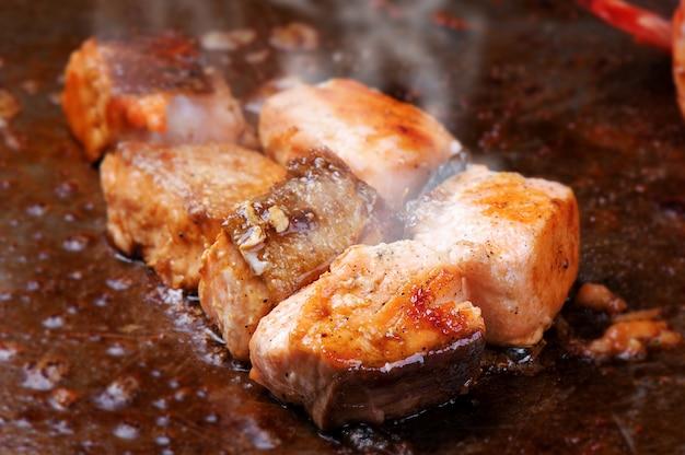 Samon teppanyaki cooking style Premium Photo