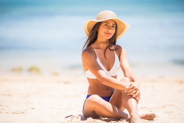 Шлифуйте по мере того, как время ускользает из ваших пальцев. девушка держит на фоне моря песок. концепция отдыха в более теплых краях, поездка на море Бесплатные Фотографии