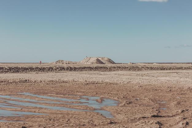 人けのない風景の中の砂丘。 Premium写真