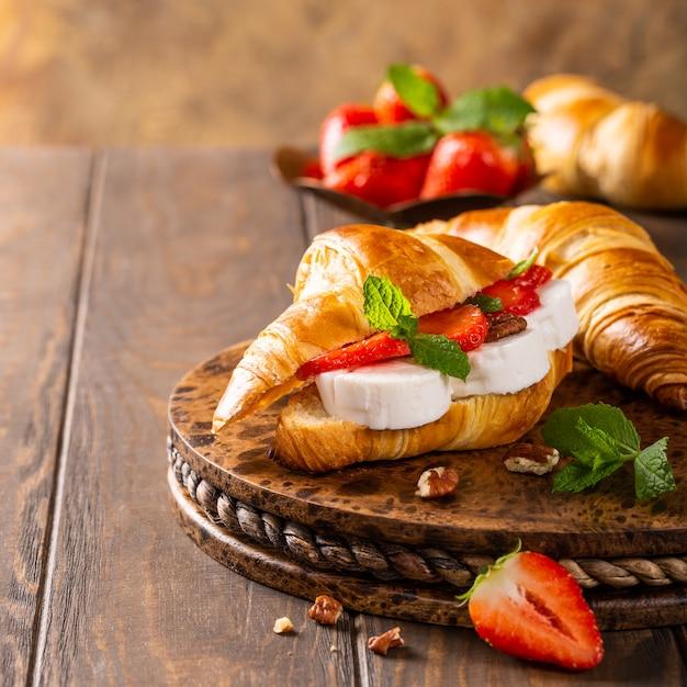 Sandwich croissant with goat cheese Premium Photo