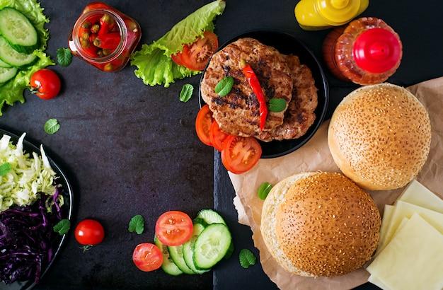 ジューシーなハンバーガー、チーズ、キャベツのミックスサンドイッチハンバーガー。上面図 Premium写真