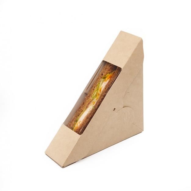 チキンとチーズのサンドイッチトーストペーパークラフトで白い背景、配信、環境に優しい、使い捨て、リサイクル可能なファーストフードのコンセプトに分離されたボックスを奪う Premium写真