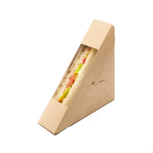 Сэндвич-тост с помидорами и сыром в коробке для бумаги на вынос на белом фоне, доставка, экологически чистая, одноразовая, концепция быстрого питания, пригодная для вторичной переработки Premium Фотографии