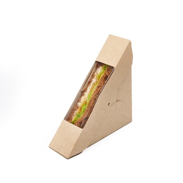 Сэндвич-тост с тунцом и сыром в бумажной коробке на вынос, изолированной на белом фоне, доставка, экологически чистая, одноразовая, перерабатываемая концепция быстрого питания Premium Фотографии