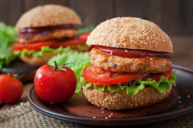 Panino con hamburger di pollo, pomodori e lattuga Foto Gratuite