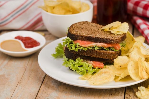 チップと天然ジュースのサンドイッチ 無料写真