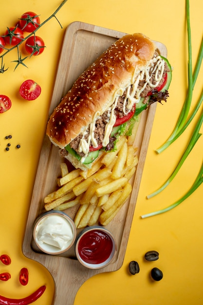 Sandwich with chopped meat and side fries _ Free Photo
