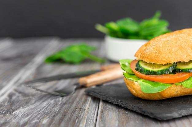 Бутерброд с ломтиками огурца и помидора Бесплатные Фотографии