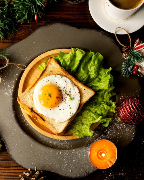 Sandwich with egg served with lettuce Free Photo