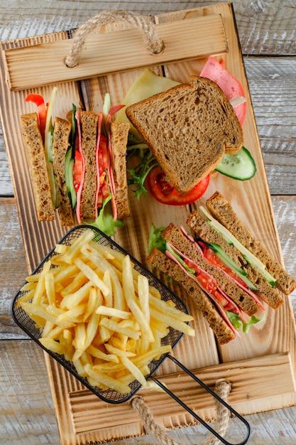 木製トレイのフライドポテトトップビューのサンドイッチ 無料写真