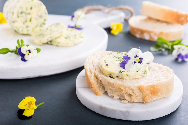 Sandwich with herb and edible flowers butter Premium Photo