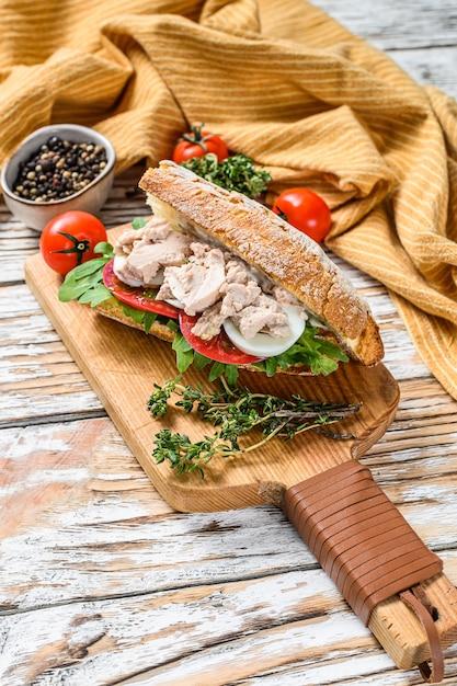 Бутерброд с домашним печеночным паштетом, рукколой, помидорами, яйцом и зеленью Premium Фотографии