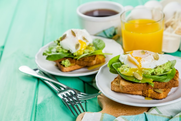 Sandwich with spinach, avocado and egg Premium Photo