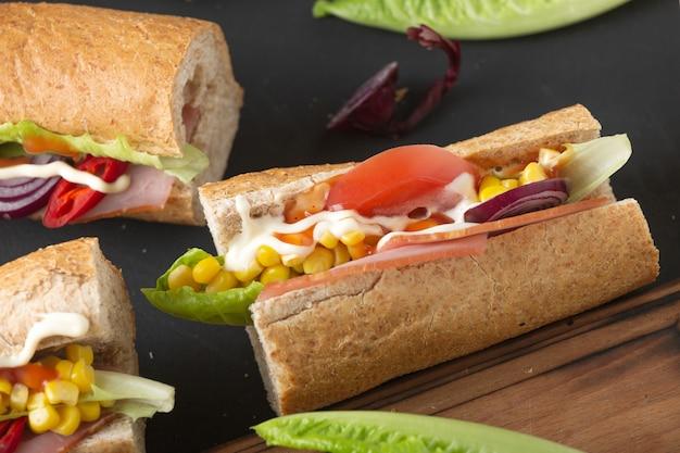 Бутерброды и пиво. закуски и напитки в пабе. Premium Фотографии