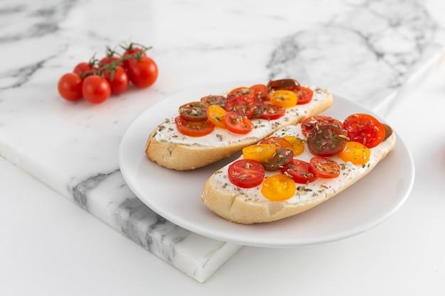 Panini con crema di formaggio e pomodori sulla piastra Foto Gratuite