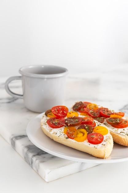 Panini con crema di formaggio e pomodori con caffè Foto Gratuite