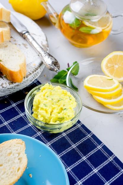 Бутерброды с домашним пряным травяным маслом и специями Premium Фотографии