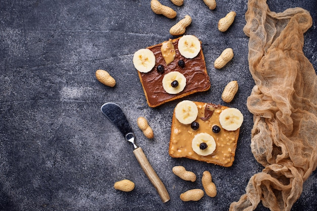Sandwiches with peanut butter in shape of bear Premium Photo