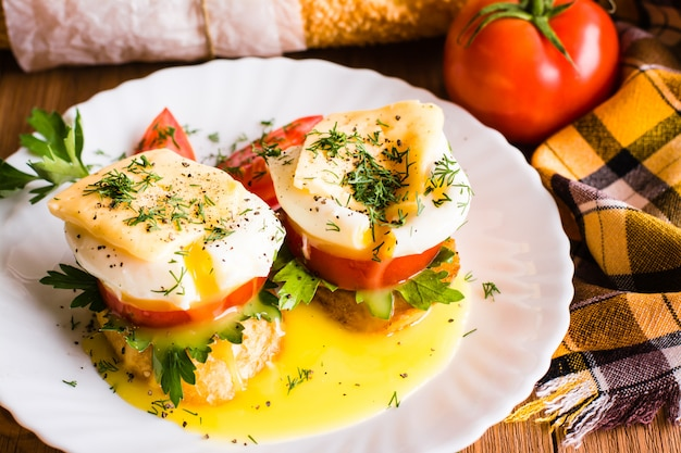 Бутерброды с яйцом пашот, помидорами, петрушкой и сыром Premium Фотографии