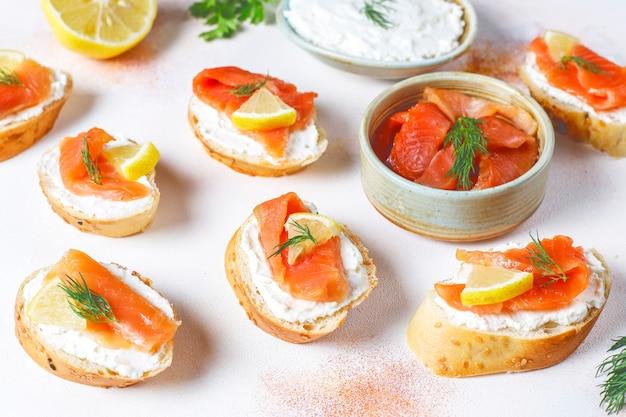 Бутерброды с копченым лососем и сливочным сыром и укропом. Бесплатные Фотографии