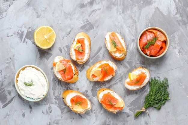 Panini con salmone affumicato e crema di formaggio e aneto. Foto Gratuite