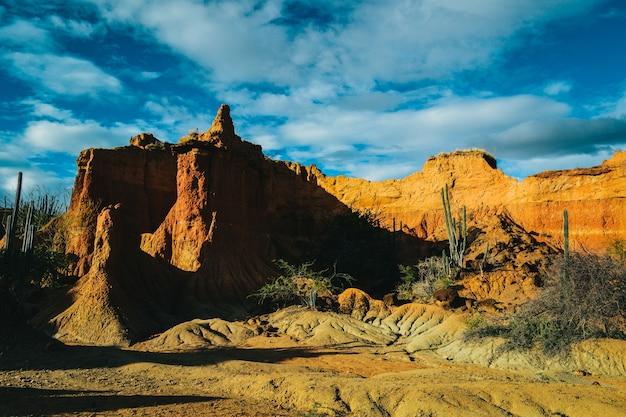 コロンビアのタタコア砂漠の青い空の下の砂岩 無料写真