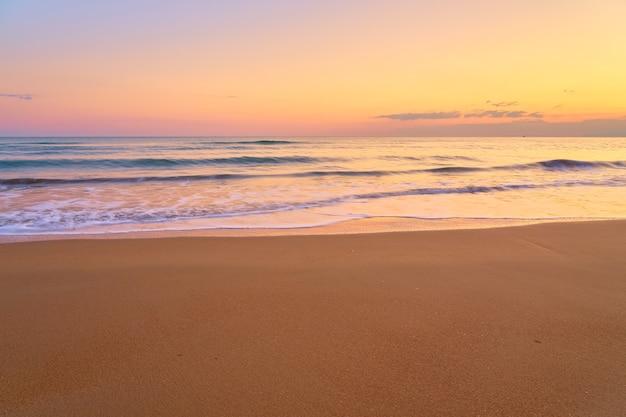 日没時の砂浜のトロピカルビーチ Premium写真
