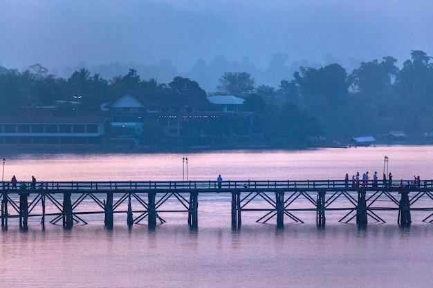 Сангхла бури, провинция канчанабури, таиланд. Premium Фотографии